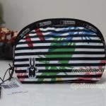 Lesportsac Medium Dome Cosmetic ลายพิเศษ Jeffery จาก Peter Jenzen กระเป๋าใส่เครื่องสำอาง ขนาด 5H x 8W x 3.125D นิ้ว
