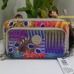 Kipling Imogen Whimsical Patchwork เป็นกระเป๋าสตางค์ใบยาวแบบซิปรอบ มาพร้อมสายคล้องมือ ขนาด 7.5x 4.5 x 1.75 นิ้ว