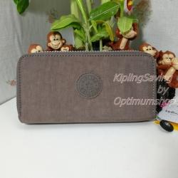 Kipling Uzario Monkey Brown เป็นกระเป๋าสตางค์ใบยาวแบบ 2 ซิปรอบ ขนาด 10 L x 18.5 H x 3.5 W cm